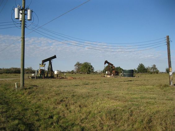 Texas Pump Jacks (photo by Djmaschek CC BY SA 3.0 Wikimedia Commons)